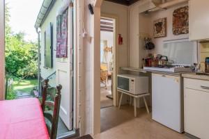 Doorkijk vanuit eetkeuken links door de voordeur