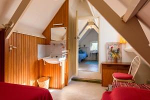 Tweede slaapkamer op zolder, ook met eigen wastafel (niet op foto)