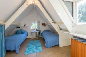 Eerste slaapkamer op zolder met eigen wastafel