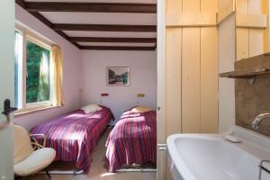 Slaapkamer beneden met eigen wastafel