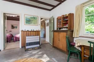 Links de slaapkamer beneden en rechts doorkijk naar de eetkeuken