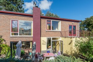 Linksonder de keuken, linksboven de Duinkamer, middenonder de woonkamer, middenboven slaapkamer, rechtsboven 't Ruitertje